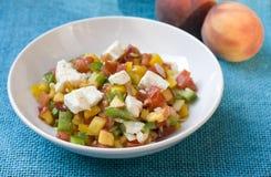 Pfirsichsalat mit Feta u. Tomate Stockbilder