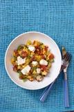 Pfirsichsalat mit Feta u. Tomate Stockfoto