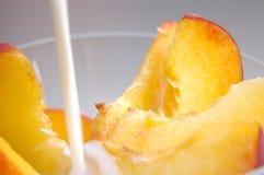 Pfirsichscheiben mit Milch stockfotos