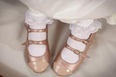 Pfirsichschuhe des kleinen Mädchens mit weißen Socken Stockfoto