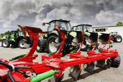 Pflüge und Landwirtschaftstraktoren Stockfoto
