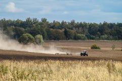 Pflügen in der Kaluga-Region von Russland Lizenzfreie Stockfotografie