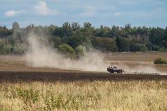 Pflügen in der Kaluga-Region von Russland Lizenzfreie Stockfotos