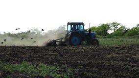Pflügen des Feldes mit einem Traktor stock footage