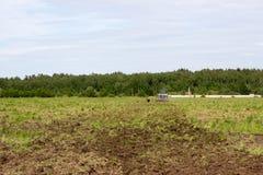 Pflügen des Landes auf einem leistungsfähigen Traktor lizenzfreie stockbilder