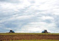 Pflügen des landwirtschaftlichen Feldes Lizenzfreies Stockfoto