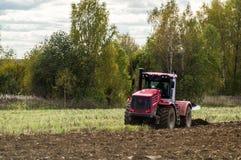 Pflügen des Traktors Stockfotos