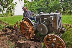 Pflügen mit einem alten Traktor Landini Lizenzfreie Stockfotografie