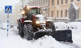 Pflügen Sie das Entfernen des Schnees von der Stadtstraße in Stockholm Lizenzfreies Stockfoto