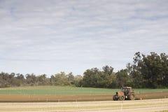 Pflügen von Traktor-Landschaft Lizenzfreie Stockfotografie