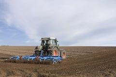 Pflügendes Feld des Traktors Stockbild