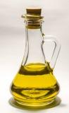 Pflanzenöl in einem transparenten Flaschendekantiergefäß mit Stopper auf einem weißen Hintergrund Stockbild