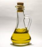 Pflanzenöl in einem transparenten Flaschendekantiergefäß mit Stopper auf einem weißen Hintergrund Lizenzfreies Stockbild