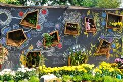 Pflanzen Von Blumen Und Von Gemüse Als Vertikaler Garten