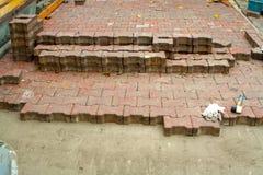 Pflastersteine auf den Stadtplatz legen, B?rgersteig reparierend lizenzfreies stockbild