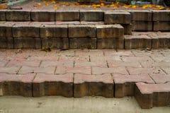 Pflastersteine auf den Stadtplatz legen, B?rgersteig reparierend lizenzfreie stockbilder