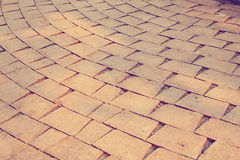 Pflastersteine des roten Backsteins auf einem Bürgersteig Stockfoto