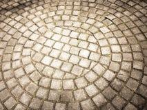 Pflasterung ausgebreitet in einem Halbrund und in runden, glatten Steinen PAV Lizenzfreie Stockfotos