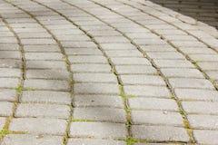 Pflasterung ausgebreitet in einem Halbrund von glatten Steinen Pflasterung von ston Lizenzfreie Stockfotos