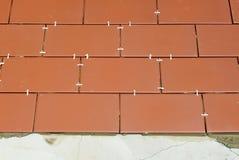 Pflasterung des Bodens des Hofes eines Hauses mit Keramikziegel Stockfotografie