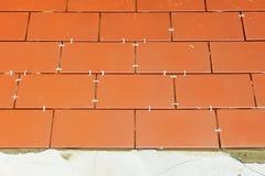 Pflasterung des Bodens des Hofes eines Hauses mit Keramikziegel Stockfoto