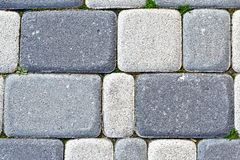 Pflasterung die Blöcke gemacht von den rechteckigen grauen Steinen stockfotografie