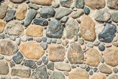 Pflasterung die Blöcke gemacht von den runden Steinen und vom konkreten Weg Lizenzfreies Stockfoto