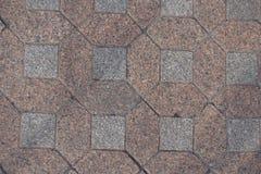 Pflasterung gemacht von den rosa und grauen unpolierten Granitblöcken stockfotos