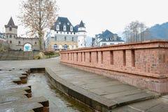 Pflasterung und Geländer vor Schloss Stockbilder