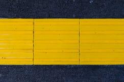 Pflasterung von gelben Fliesen Lizenzfreie Stockfotos