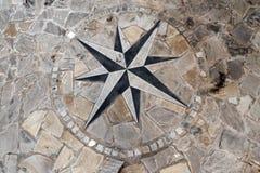 Pflasterungs-Stein mit Kompass Rose Stockfotos