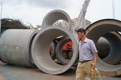 Pflasterungsbau, riesige Abwasserleitung Stockfotos