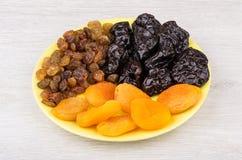 Pflaumen, driet Aprikosen und Rosinen in der Untertasse auf Tabelle Lizenzfreie Stockfotografie
