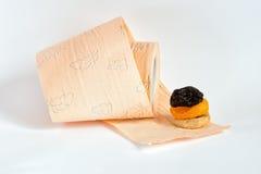 Pflaumen, getrocknete Aprikosen, Feige und Toilettenpapier Stockbilder
