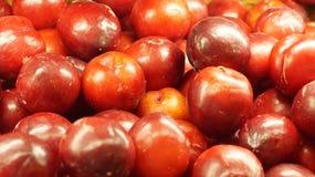 Pflaumen im Lebensmittelgeschäft Defocused Hintergrund Lizenzfreie Stockfotos