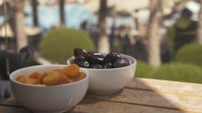 Pflaumen und Aprikosen auf der hölzernen Tabelle stock video