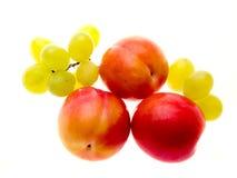 Pflaumen und Trauben Stockfoto