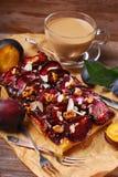 Pflaumenkuchen mit Mandeln und Walnüssen Stockbild