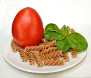 Tomate-, Basilikum- und Vollweizenteigwaren. Stockbild
