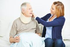 Pflegedienst, der Kampfläufer des älteren Mannes überprüft Stockbild