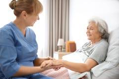 Pflegekraft, die Hand der älteren Frau massiert stockfotos