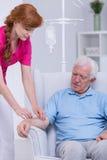 Pflegekraft und älterer Patient lizenzfreies stockfoto