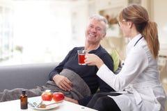 Pflegekraft und alter Patient Lizenzfreies Stockbild