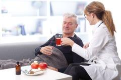 Pflegekraft und alter Patient Stockfotos