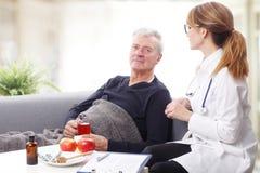 Pflegekraft und alter Patient Lizenzfreie Stockbilder