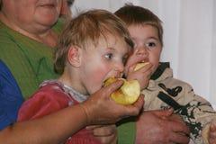 Pflegekraft und kleine Waisenkinder Lizenzfreie Stockfotografie