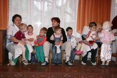 Pflegekraft und kleine Waisenkinder Stockbild