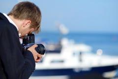 Pflegen Sie das Schießen seiner Braut mit einer alten Kamera Lizenzfreie Stockfotografie