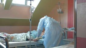 Pflegen Sie das Vorbereiten des weiblichen geduldigen Armes, um Rohr IV zu setzen Stockbild