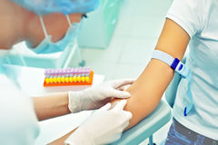 Pflegen Sie das Vorbereiten, eine Einspritzung für das Blutnehmen zu machen. Medizinisch Stockfotos